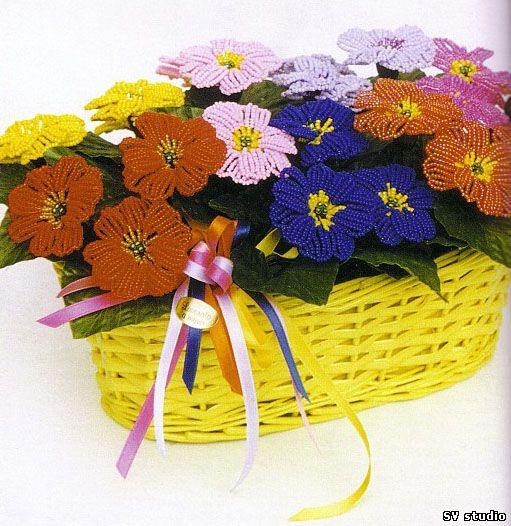 Яркий букет цветоы примула, сплетенный из бисера и проволоки своими руками.  Описание работы и схема плетения примулы.
